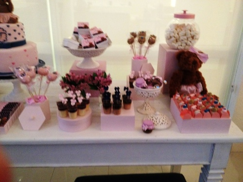 A mesa, a combinação de rosa e marron é tão linda para meninas, especialmente com poás!