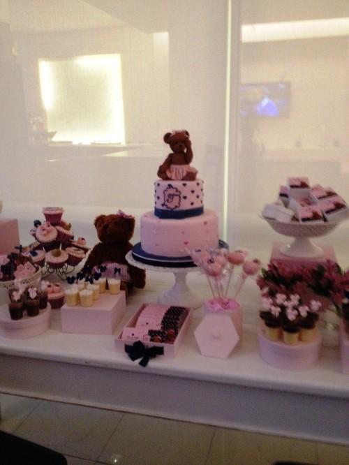 O bolo e os cupcakes decoram muito e podem ter recheios deliciosos!