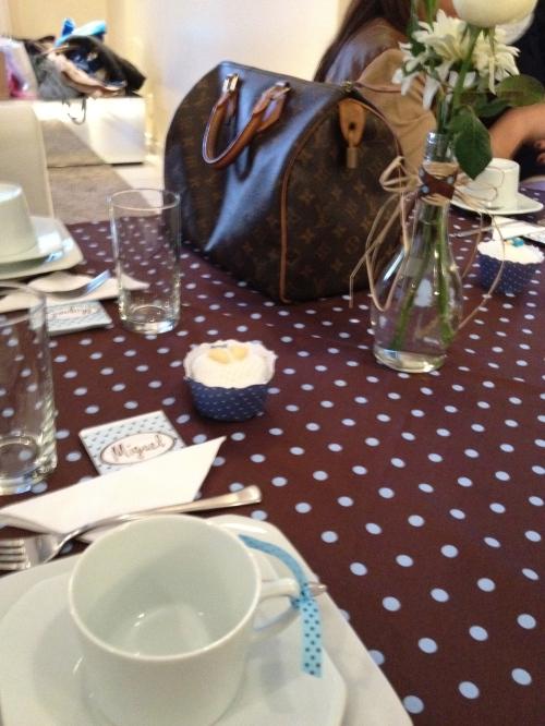 Decoração das mesas das convidadas, amei a toalha com poás azuis (como a de poás rosa para meninas, igualmente fofa!