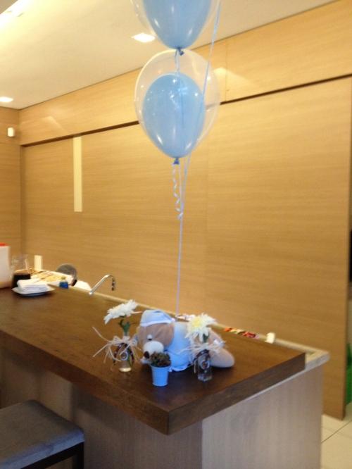 Os balões azuis dentro de transparentes ficaram lindos!