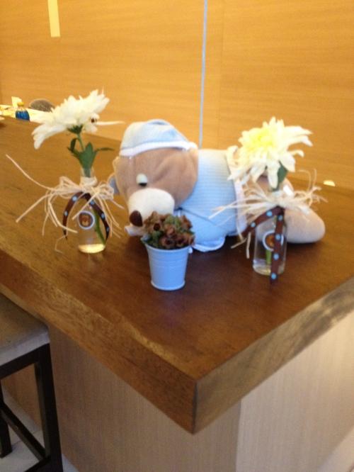 Ursinho de pelúcia nanando e a graça das garrafinhas com flores!